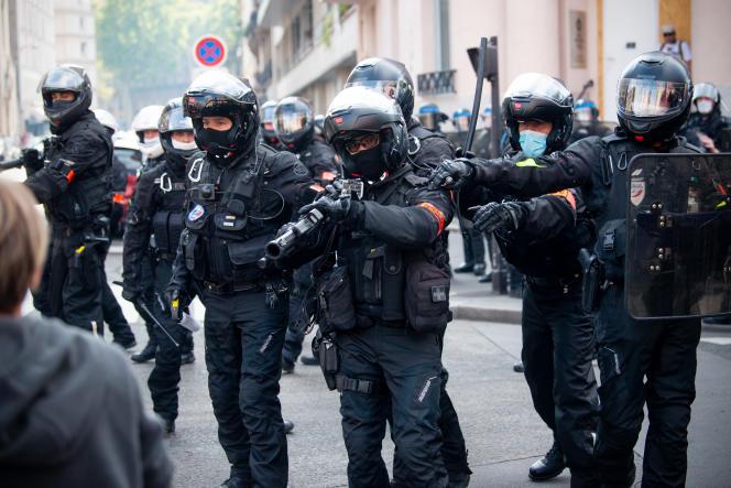 Des policiers équipés d'un LBD 40 lors de la manifestation des« gilets jaunes» du 12 septembre 2020.
