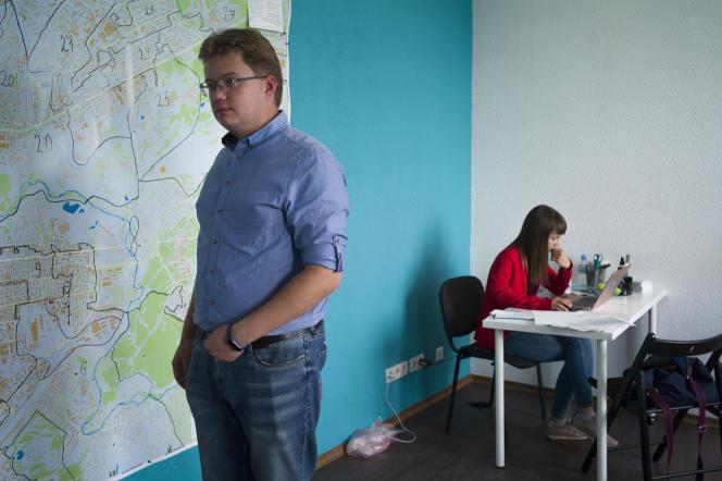 Andreï Fateev, 32 ans, et Ksenia Fadeeva, 28 ans, dans leur local de campagne à Tomsk, en Sibérie. Les deux candidats soutenus par l'opposant Alexeï Navalny, ont été élus aux élections locales du 13 septembre.
