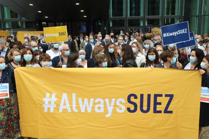 Des salariés de Suez manifestent contre la tentative de Veolia de s'emparer de leur entreprise, à La Défense, le 8 septembre 2020.