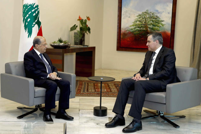 Le premier ministre libanais Mustapha Adib, à droite, rencontre le président Michel Aoun dans le palais de ce dernier près de Beyrouth, lundi 14 septembre. Photographie délivrée par les services du gouvernement.