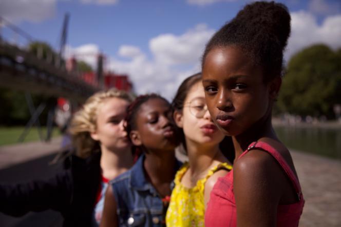 Au premier plan, Amy (Fathia Youssouf), dans le film « Mignonnes », deMaïmouna Doucouré.