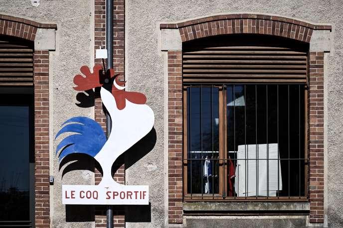 Devant l'usine Le Coq sportif de Romilly-sur-Seine (Aube) , en mai 2019.