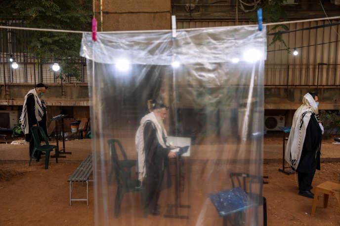 Des juifs ultra-orthodoxes lors d'une prière à côté de leurs maisons alors que les synagogues sont limitées à vingt personnes à la suite des mesures du gouvernement arrêter la propagation de l'épidémie due coronavirus, à Bnei Brak, en Israël, le 8 septembre.