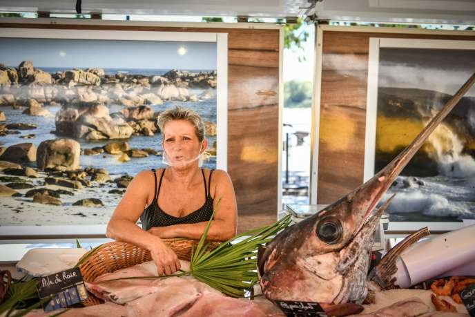 Graziella, employée d'une poissonnerie, au marché des Chartrons, à Bordeaux, le 13septembre 2020.