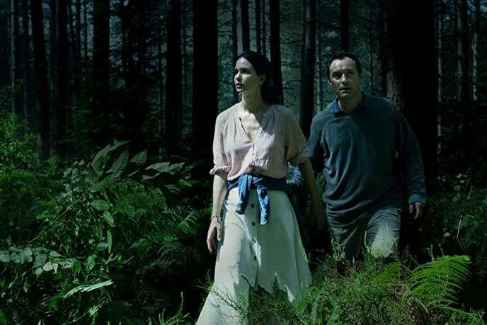 Katherine Waterston et Jude Law, dans la série «The Third Day».