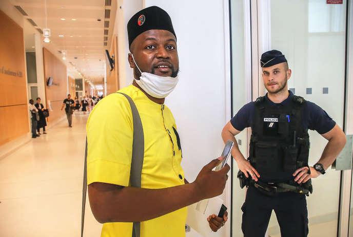 Emery Mwazulu Diyabanza, au tribunal pour contester l'interdiction de quitter le territoire français, après l'action du Quai Branly, le 24 juin.