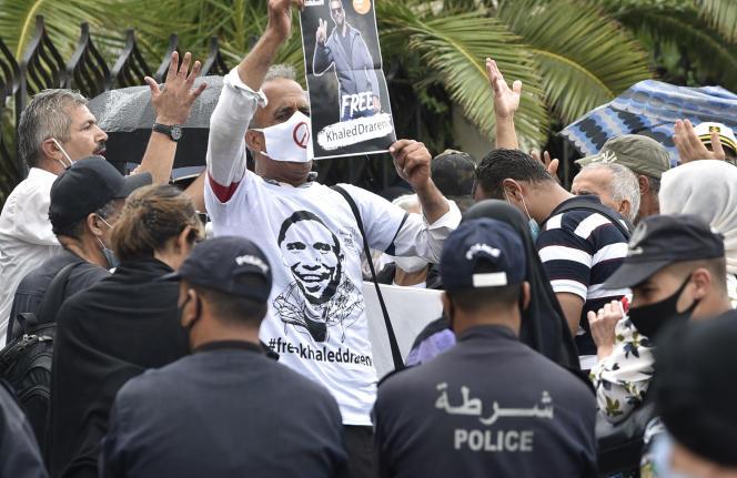 Des manifestants appellent à la libération du journaliste Khaled Drareni, à Alger, le 8 septembre.