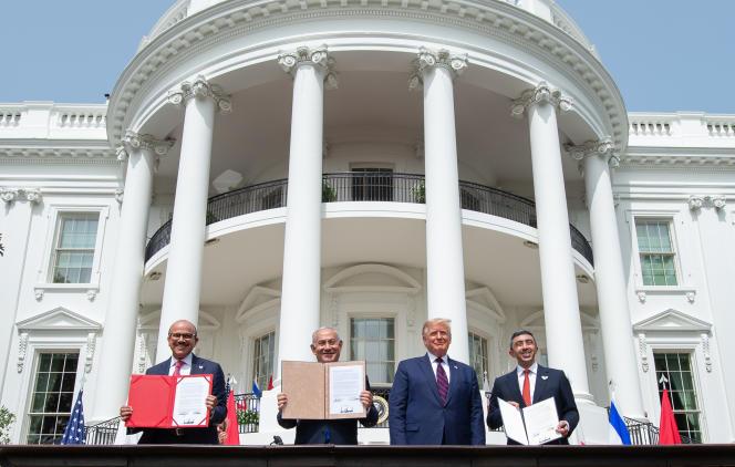 De gauche à droite, le ministre des affaires étrangères du Bahreïn, Abdel Latif Al-Zayani, le premier ministre israélien, Benyamin Nétanyahou, le président américain, Donald Trump, et le ministre des affaires étrangères émirati, Cheikh Abdallah ben Zayed Al-Nahyane, exposent les accords signé depuis le jardin de la Maison Blanche, mardi 15 septembre, à Washington.