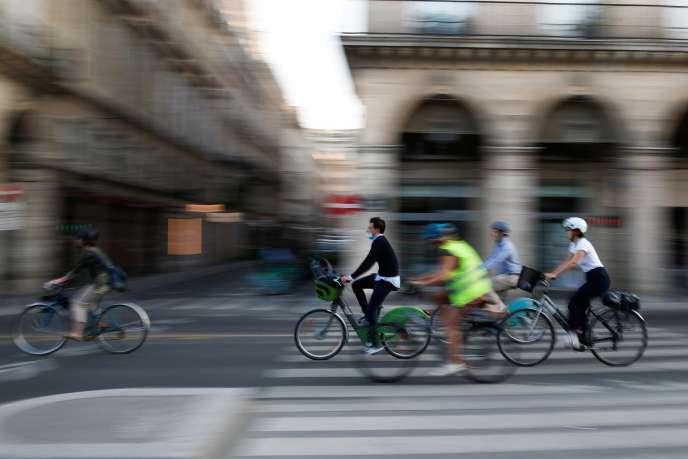 Des cyclistes rue de Rivoli, à Paris, le 14 septembre 2020.