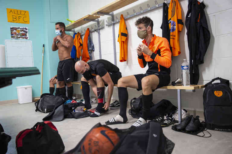 Reprise du championnat de football amateur en pleine crise du covid 19. Dans le vestiaire de Bar sur Aube, les joueurs portent leur masque. Bar sur Aube le 06-09-2020