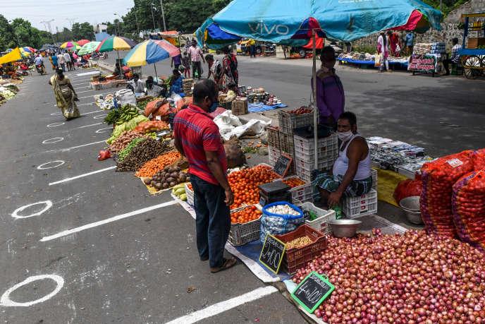 Dans un marché à Chennai, sur la côte est de l'Inde, des vendeurs sont à leurs stands en appliquant des règles de distanciation, le 11septembre.L'économie du pays devrait plonger de 9% en 2020.