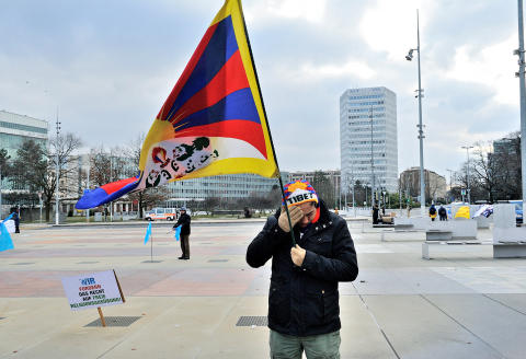 Tibetan exiles demonstrating outside the United Nations building on the occassion of an official visit to the UN by Chinese President Xi Jinping, which was due the following day however, permission to demonstrate on the day of the visit was refused for 'security reasons' hence the protest taking place a day earlier. *** Local Caption *** europe protest politics human rights flags