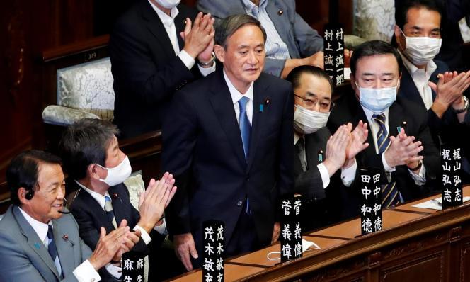 Le premier ministre japonais nouvellement élu, Yoshihide Suga, est debout alors qu'il a été choisi comme nouveau premier ministre à la Chambre basse du Parlement à Tokyo, au Japon, le 16 septembre 2020.