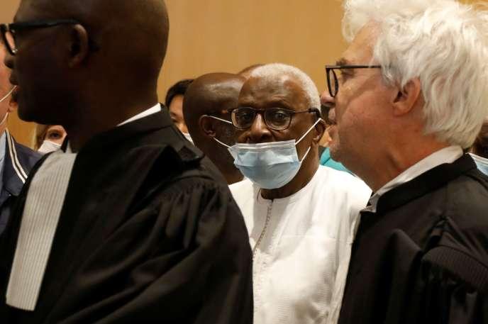 Lamine Diack, entouré de ses avocats Simon Ndiaye et William Bourdon, au tribunal judiciaire de Paris, le 16septembre.