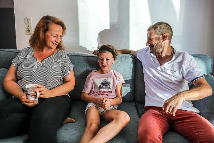 Lilie avec ses parentsChrystelle et Guillaume Vincent, chez eux à Aubignan (Vaucluse), le 6 septembre.