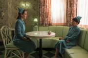 Mildred Ratched (Sarah Paulson, à gauche) et Betsy Bucket (Judy Davis) dans la série «Ratched».