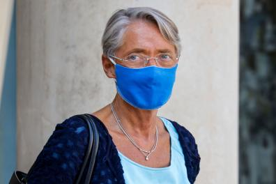 French Labour Minister Elisabeth Borne, wearing a face mask, leaves after the weekly cabinet meeting at the Elysee Palace in Paris, on September 16, 2020. / AFP / Ludovic MARIN