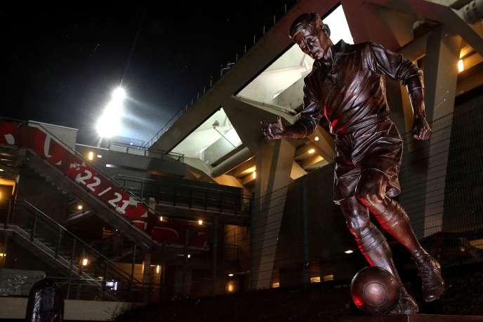 La statue de Raymond Kopa, légende du club, à l'entrée du stade Auguste-Delaune de Reims.