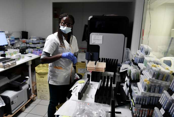 Analyse de tests PCR dans un laboratoire à côté de Paris, le 15 septembre 2020.