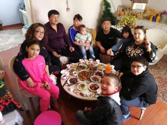 Repas de famille. Chaque membre a un «cousin» attitré.