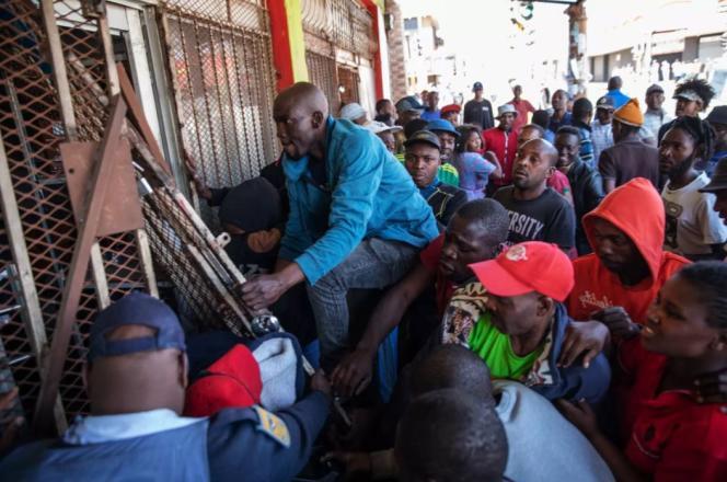 Des pilleurs tentent de s'introduire dans un magasin lors d'une émeute à Turffontein, en banlieue de Johannesburg, le 2 septembre 2019.