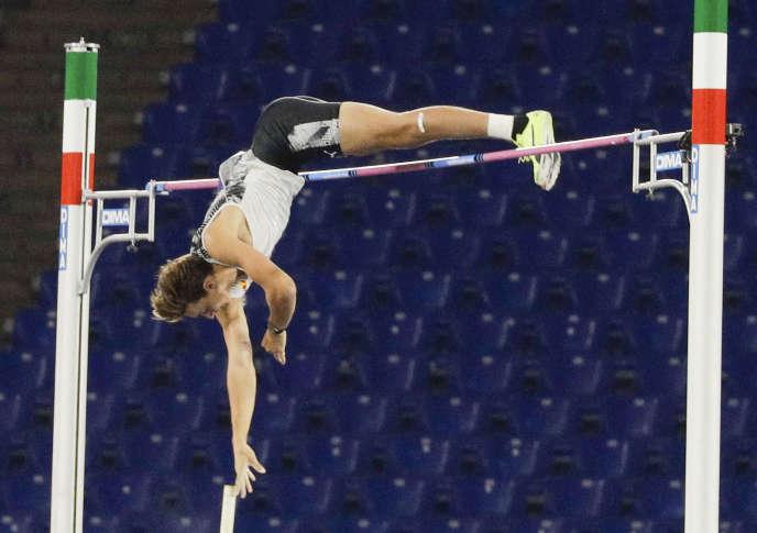Le perchiste suédoisArmand Duplantis lors de son saut à 6,15 m, jeudi 17 septembre à Rome.