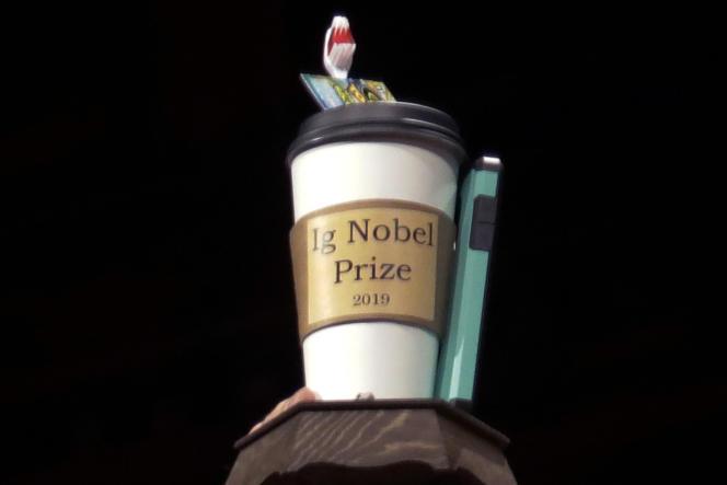 Le prix Ig Nobel 2019 est présenté lors de la 29e cérémonie de remise des prix, à l'université Harvard (Massachusetts), le 12 septembre 2019.