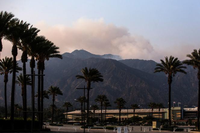 La fumée s'élève des montagnes de San Gabriel au-dessus d'Arcadia, en Californie, le 16 septembre 2020.