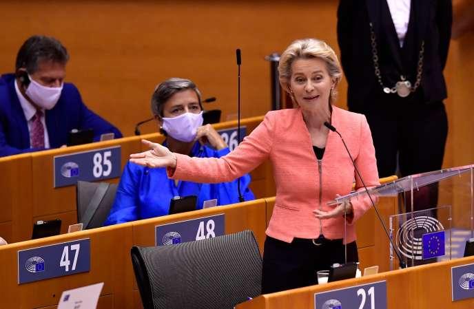 La présidente de la Commission européenne, Ursula von der Leyen, prend la parole dans l'enceinte du Parlement européen, à Bruxelles, le 16 septembre.