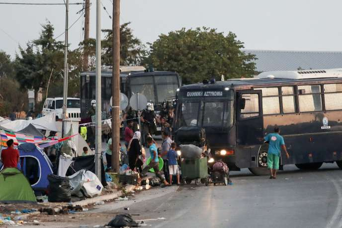 La police bloque une zone où les réfugiés et les migrants s'étaient installés après l'incendie du camp de Moria, lors d'une opération visant à les déplacer vers un nouveau camp, sur l'île grecque de Lesbos, le 17 septembre 2020.