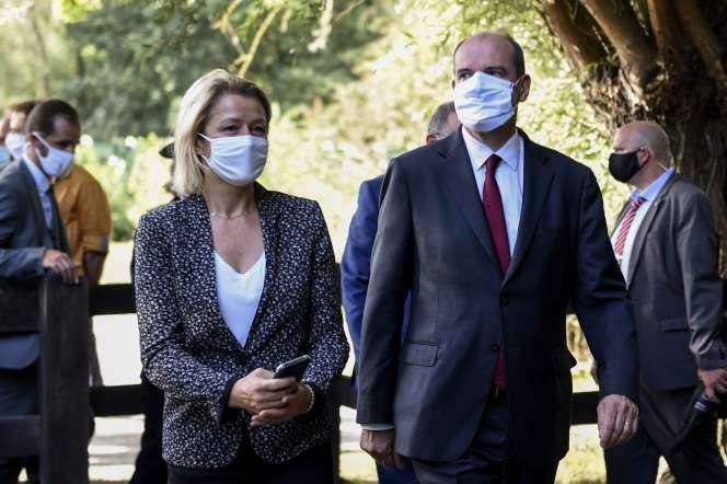 Le premier ministre, Jean Castex, et la ministre de la transition écologique, Barbara Pompili, à Boves, dans le nord de la France, le 22 août.