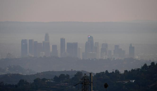 Le centre-ville de Los Angeles enveloppé de fumée en raison des incendies géants de la côte ouest des Etats-Unis, le 16 septembre 2020.