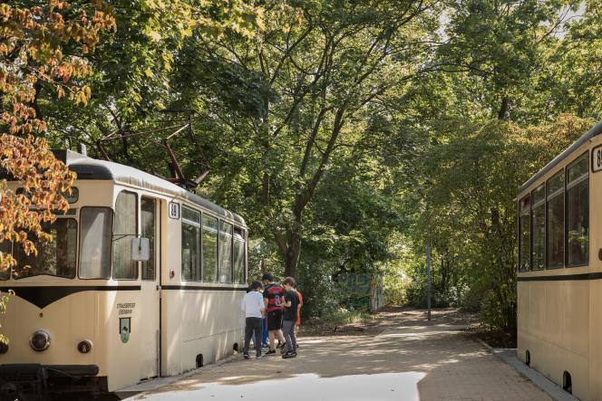Dans la cour de récréation de l'école élémentaire Reinhardswald, à Berlin,d'anciens tramways servent d'espace d'exploration et de cachette.