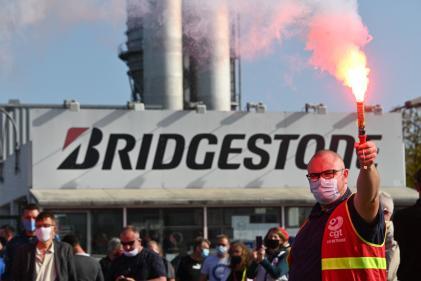 Des syndicalistes et des employés, lors d'une manifestation devant l'usine Bridgeston à Béthune, le 17 septembre.