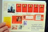 Des timbres précieux de l'époque maoïste, présentés lors d'une conférence de presse à Hongkong, en 2011.
