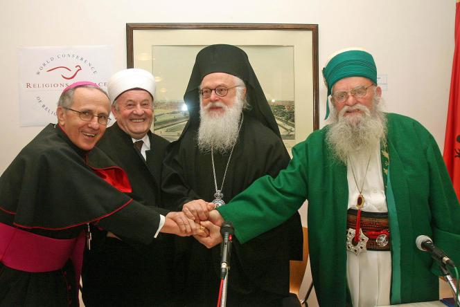 De gauche à droite, l'archevêqueRrok Mirdita, le président de la communauté musulmane d'AlbanieSelim Muca, sa Béatitude Anastasios Yannoulatos, archevêque de Tirana et de toute l'Albanie, le père Reshat Bardhi, se serrent la main après avoir signé la Déclaration commune d'engagement moral, en collaboration avec la Conférence mondiale « Religions pour la paix».