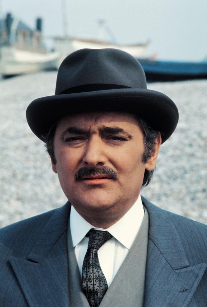 Roger Carel, le 4 mai 1973, lors du tournage de la série télévisée « Arsène Lupin», à Etretat (Seine-Maritime).