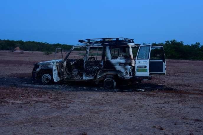 L'épave du véhicule après l'attaque dont six humanitaires français et leurs deux accompagnateurs nigériens ont été victimes, le 9 août, au Niger.