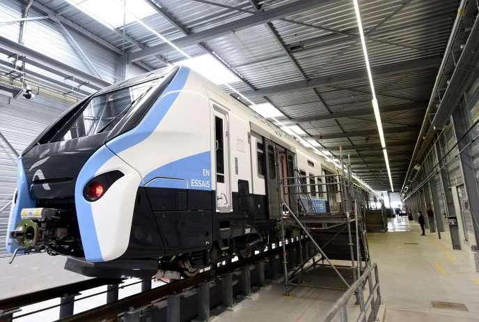 Le nouveau modèle de train de banlieue de la région Ile-de-France est visible dans un entrepôt du géant français de l'ingénierie Alstom lors de sa présentation officielle, le 18septembre 2020 à Petite-Forêt.