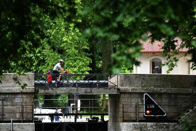 Cyclotouriste sur un pont