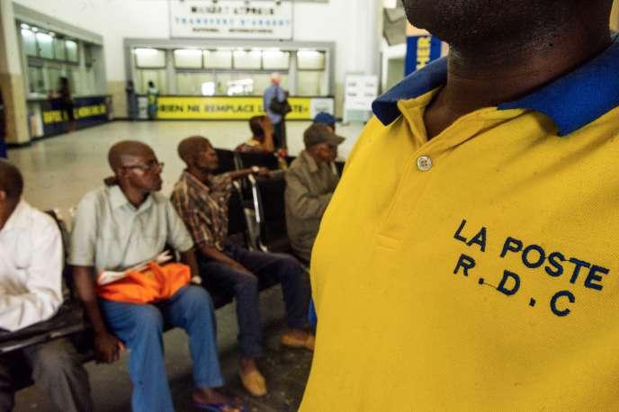 Dans une agence bancaire de la Société congolaise des postes et télécommunications, à Kinshasa, en 2016.