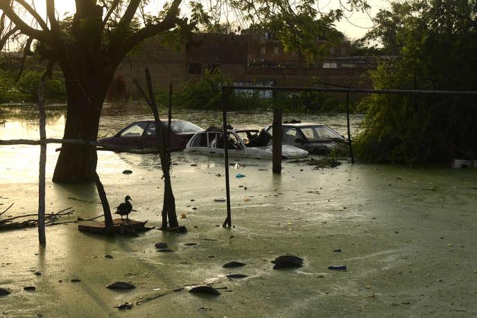 Des voitures ont dérivé, suite aux pluies torrentielles et la crue du fleuve Niger, à Niamey, le 9 septembre.