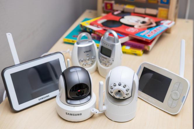 Notre premier groupe de test (dans le sens des aiguilles d'une montre en partant du fond) : un modèle audio, le VTech DM221 ; notre deuxième choix, l'Infant Optics DXR-8 ; et un babyphone Samsung qui n'est plus commercialisé, un ancien deuxième choix.