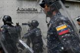 La police nationale vénézuélienne devant le parlement de Caracas, le 7 janvier.
