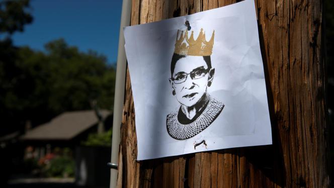 Un dessin de Ruth Bader Ginsbur attaché sur un poteau à Louisville, samedi 19 septembre.