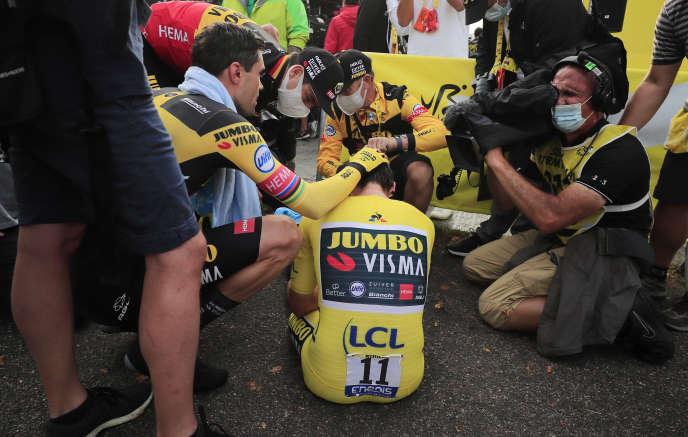 Les équipiers de Primoz Roglic, Tom Dumoulin et Wout Van Aert, tentent de réconforter leur leader déchu après le contre-la-montre de la Planche-des-Belles-Filles.