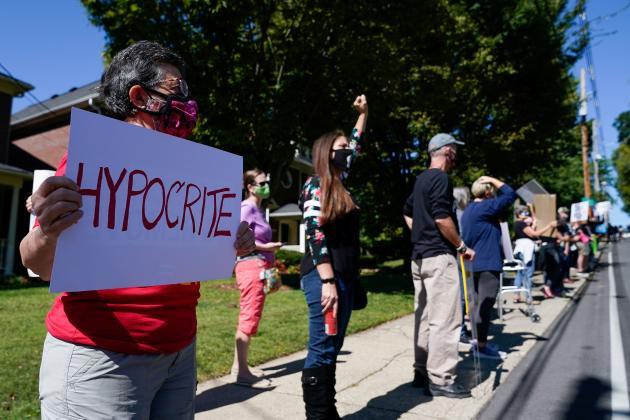 Des manifestants se rassemblent devant la maison du leader républicain du Sénat, Mitch McConnell, à Louisville (Kentucky), le 19 septembre.