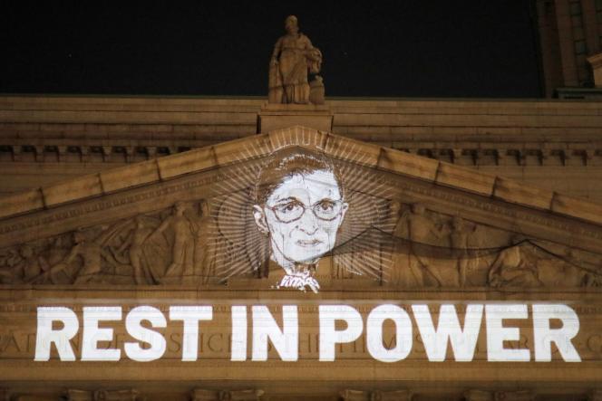 Le portrait de la juge Ruth Bader Ginsburg est projeté sur la cour suprême civile de l'Etat de New York, le 18 septembre.