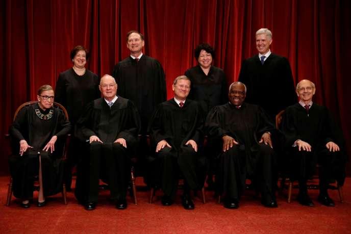 Les neuf juges de la Cour suprême américaine (Ruth Bader Ginsburg est au premier rang, à gauche), à Washington, le 1er juin 2017.