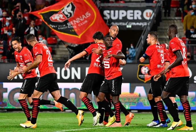 Le milieu de terrain Steven Nzonzi célèbre son but avec ses coéquipiers à Rennes.
